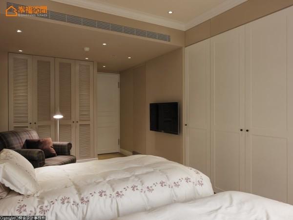 设计师为屋主一家5口,量身订制属于个人色彩的私密空间,主卧房以奶茶色为主调,营造浓淡适中、高雅的卧眠氛围。
