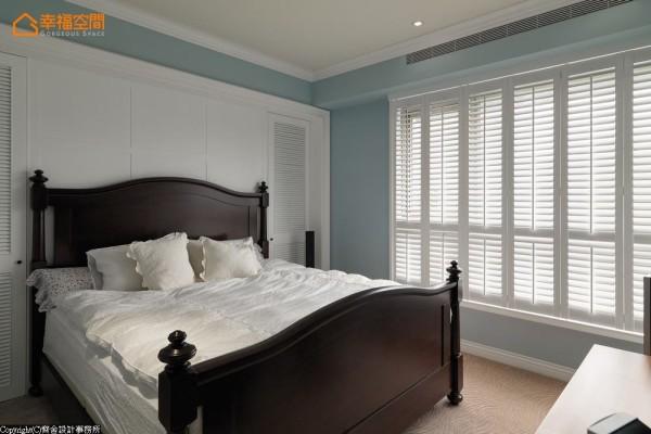 齐舍设计利用床头梁下规画完整收纳空间,压低台度的木百叶窗,可折起及调光的多元功能变化卧眠区氛围。