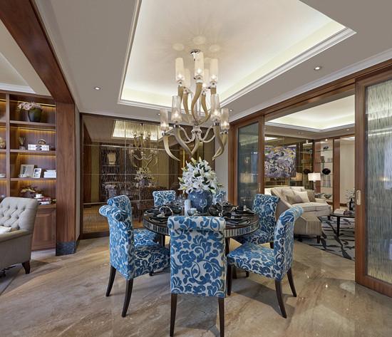 餐厅蓝色餐桌椅、个性的吊灯,很有感觉