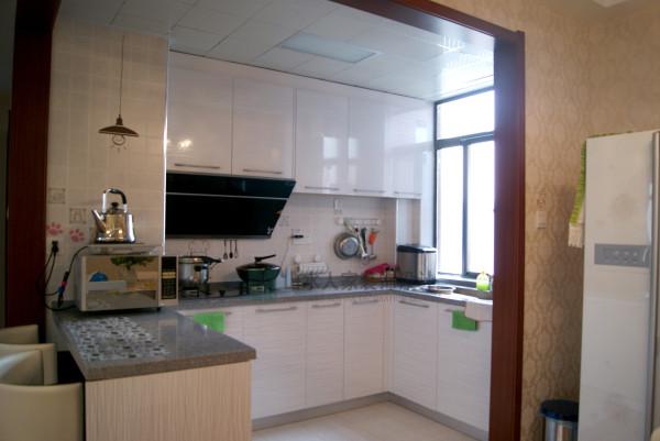 开放式厨房使空间更加明亮宽敞,吧台的设计恰到好处