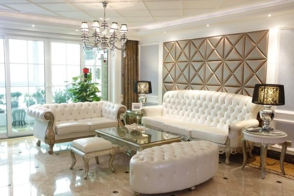 纯净的白色牛皮沙发、香槟色的软包墙,预示着主人纯净的心灵和高贵的身份