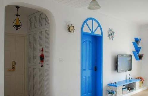 玄关处的拱门是特别设计的,还有那很复古的油灯,蓝色门后面是书房了。