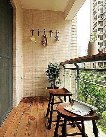 小阳台采用了防腐木地板 小阳台采用了防腐木地板,搭配实木凳子显得更田园。