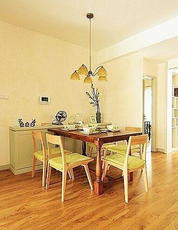 原木餐桌椅加上淡绿色的垫子 餐厅的空间其实不算很小,放了小小的四人桌。原木餐桌椅加上淡绿色的垫子,清新有如置身田园之中。