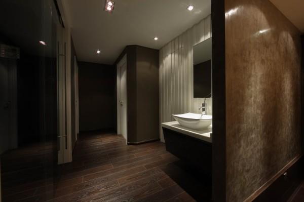 深色基调的运用将室内环境烘托得淡雅而纯净,于清新中散发着醉人的香馨,令人身心舒畅,倍感舒适。