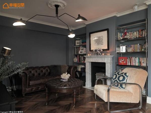 滚边线板和壁炉形塑的古典意象,以现代设计感的灯具,打破其规矩的对称性;而色彩和家具深沉的一面,又让静谧蔓延于交错的时空中。
