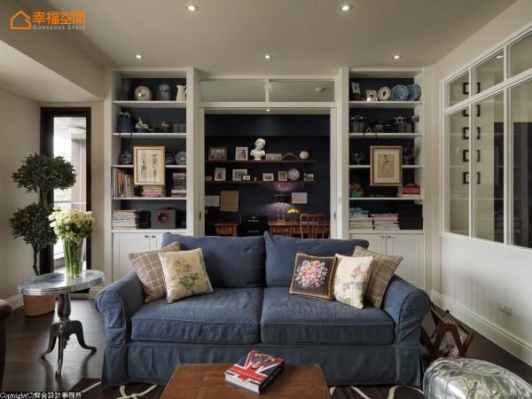 各有故事的收藏与书籍,堆积出别具意义的客厅布景,深色书房中的木架展示,又延展景深成为第二道风景。