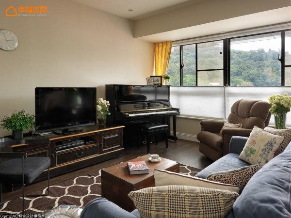 客厅以活动家具为主,同时对应丰富的沙发后景,电视墙维持简单淡雅,让焦点集中于窗景和书房。