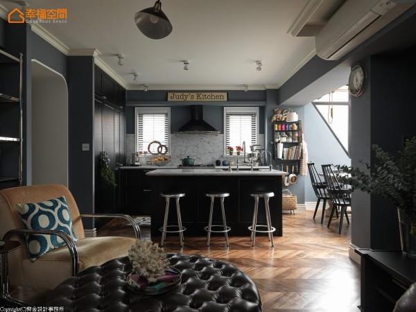 把现代感的冰箱隐藏于门片造型中,延伸一系列的深色厨具,搭配亮色的五金、石材,实践「亦景、亦机能」的理想。