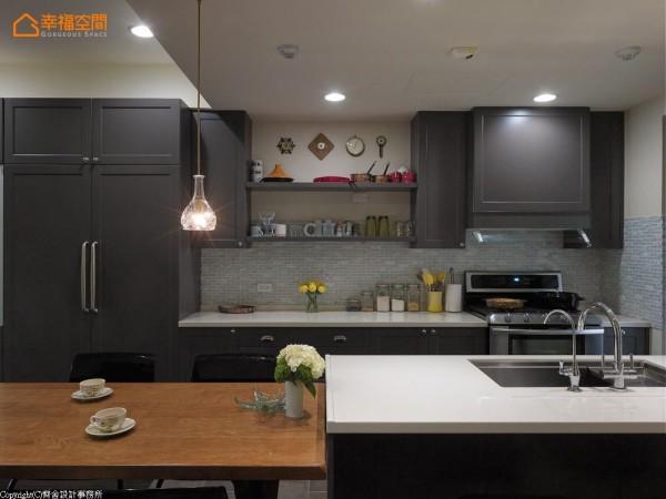 将冰箱隐藏于一致的厨具风格中,不让大型电器成为突兀的焦点。