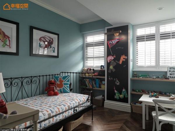划开两扇窗户的柱子,变成黑板涂鸦墙,让孩子有天马行空的挥洒空间。考虑市区老房子栋距过近,房间多采木百叶形式,不阻碍日光延伸,却能照顾生活隐密感。