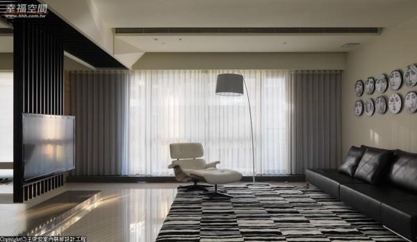不同于木纹的表现,客厅电视主墙选以铁件刻画,横向的线条拉扯埋入机柜中所有线路凌乱,直向的指引下穿透为墙。
