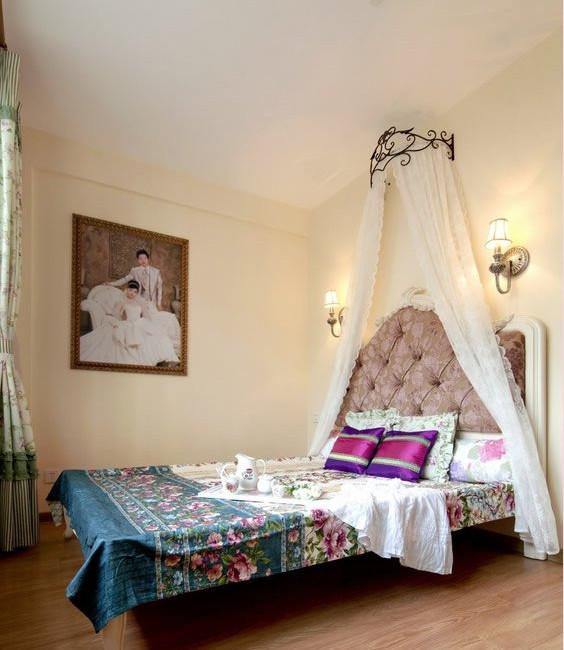 主卧设计简单,暖黄色的墙漆,欧式的床还有帷幔,婚房嘛,浪漫唯美些