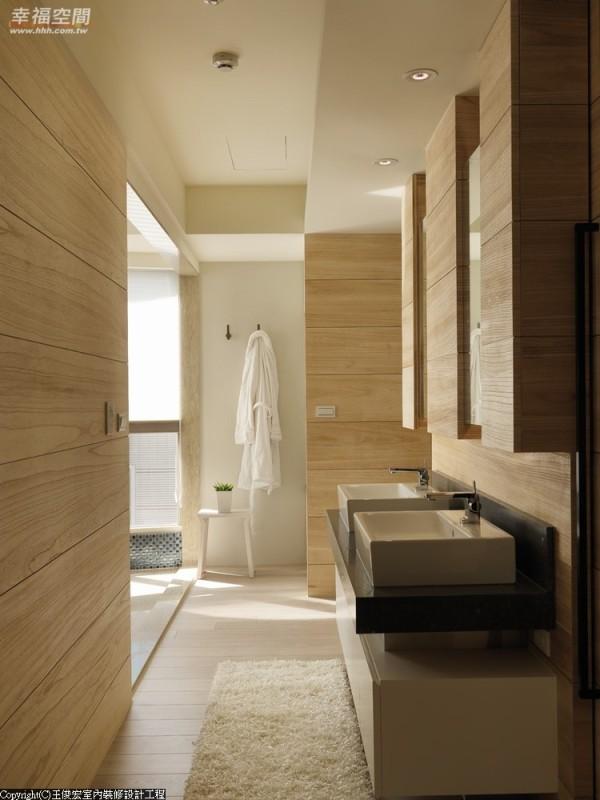 打破更衣室与卫浴门片分割的想象,王俊宏以双洗手台的尺度过道,镜面与木皮垂直而下的段落,让行进充满趣味。