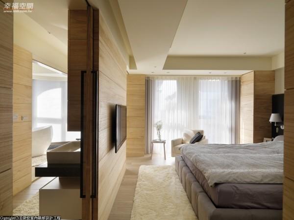 主卧房内睡眠区与卫浴、更衣间依门片分野,不仅节约了夏日空调,也让空间更富变化。