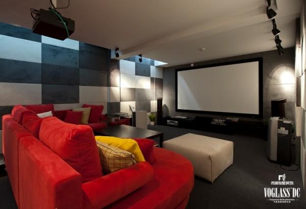 地下影音室,红色的沙发打破了灰白墙壁的沉闷,半躺半靠在这样宽大舒适的沙发上,看看电影,读读书,都是一种闲适的享受。