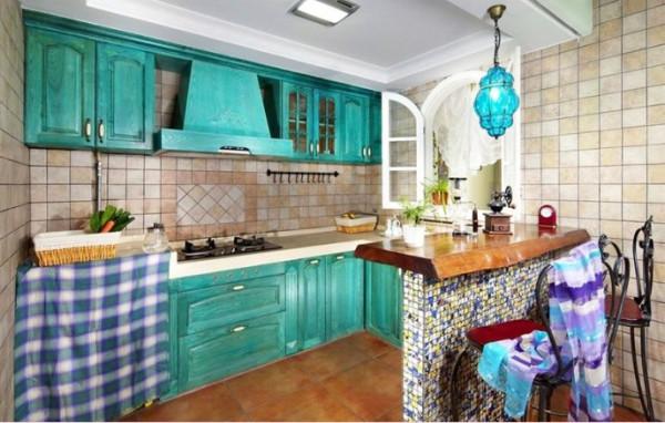 细看开放式厨房,开窗似乎吹进海风,很清凉舒适