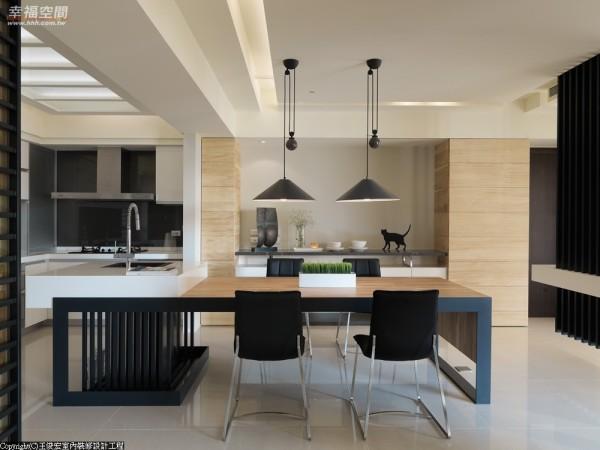 在现代感中寻求一份稳定,实木订作大型餐桌成为公领域视焦的重点,厚实的重量感以铁架支撑,接续中岛延伸入厨房,流明天花以高亮度照明,平衡起现代利落。