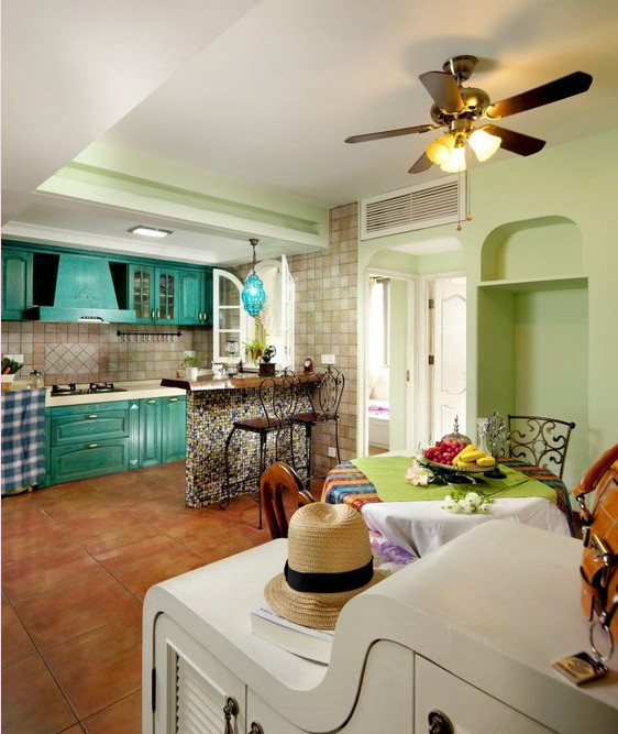 开放式厨房,水蓝色的橱柜、暖铜色的地砖,特别上档次