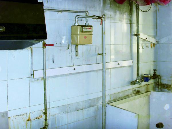 实创装饰老房装修-这是之前厨房的原始照片,抽油烟机、天然气的各种管道、水管等等乱七八糟的,前面的瓷砖空鼓、脱落。