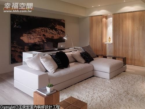 以银狐大理石为台面的端景两侧,分别可进入客浴及储藏室,完整的墙面不说完全看不出破绽。
