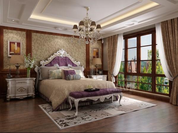 这张是一张典型的古典欧式的卧室设计图片,床,灯具,床头柜,无不彰显华贵,但是又舒适温馨!