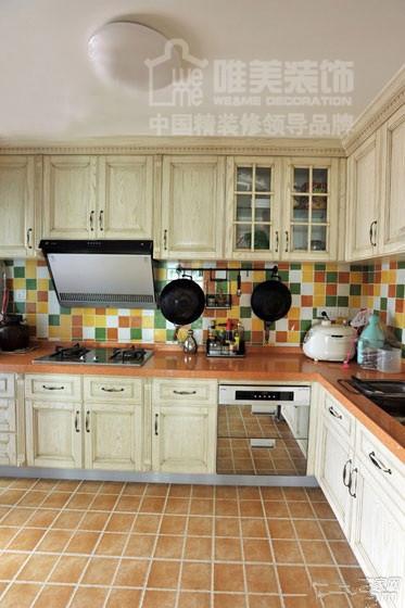 厨房采用彩色方瓷砖,漂亮又耐脏