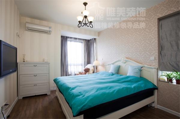 卧室贴墙纸,很温馨