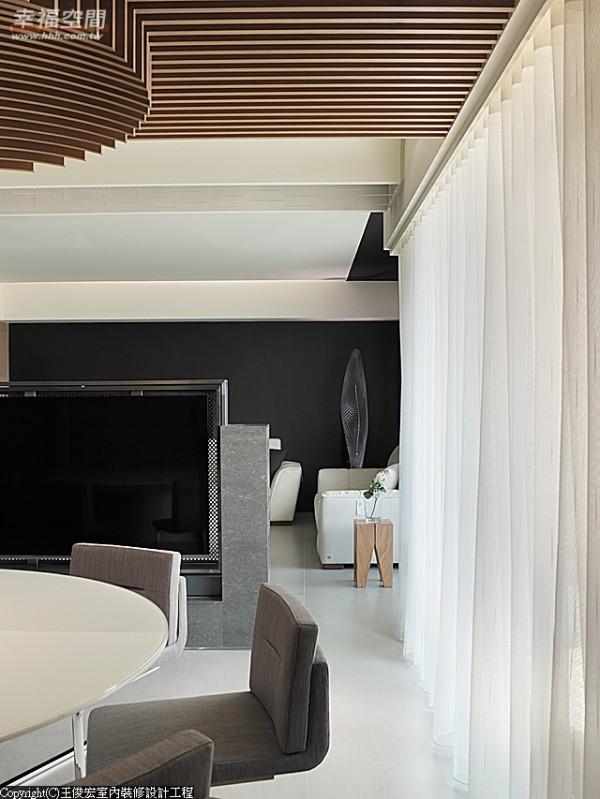 客厅与餐厅之间以平面电视作为界面,可旋转式的平面电视可面对餐厅或客厅,以因应家庭成员或访客的活动适时调整。