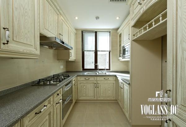 厨房设计比较简单,以实用为主。原木色的橱柜采用大理石的台面,既干净又整洁,让人心情愉悦!