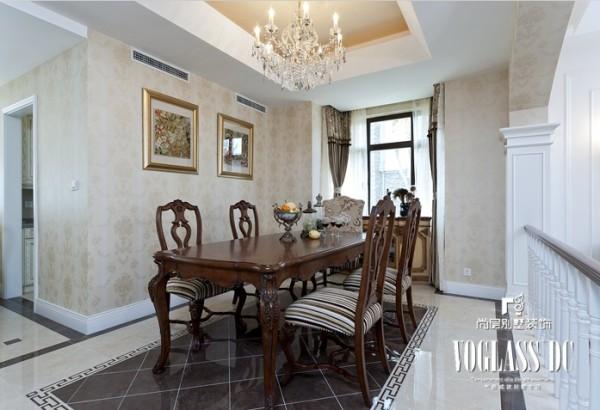 餐厅设计表现方式还是以简洁的线条为主,淡雅的墙纸,深色的餐桌餐椅,营造出视觉的冲击和跳跃。