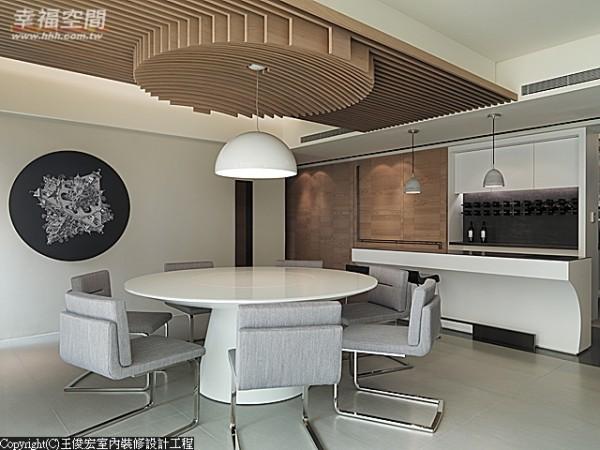 设计师以直线木条铺陈整个餐厅上方的横梁,并在餐桌上方拉出圆型天花,呼应中式圆型餐桌。