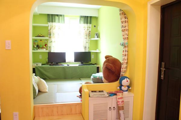 小房间实在太小 所以打通做榻榻米,中间小桌子可以申上来哦~~~这是我们的电脑房+休闲房~嘿嘿