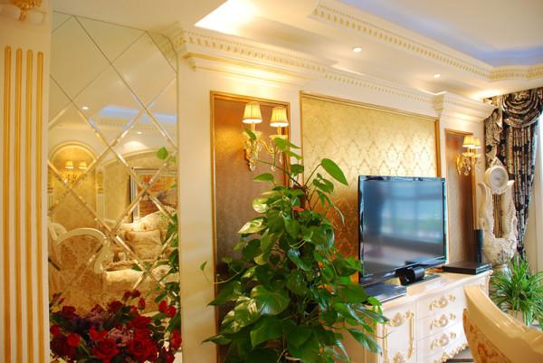 客厅一角,富贵的金黄色线条、壁纸,加上镜面设计,空间洋溢着奢华之气。