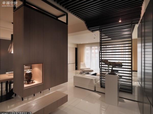 柜体悬浮看似轻盈,在材质中添注了人文、架构,赋予了形体的真实意义。