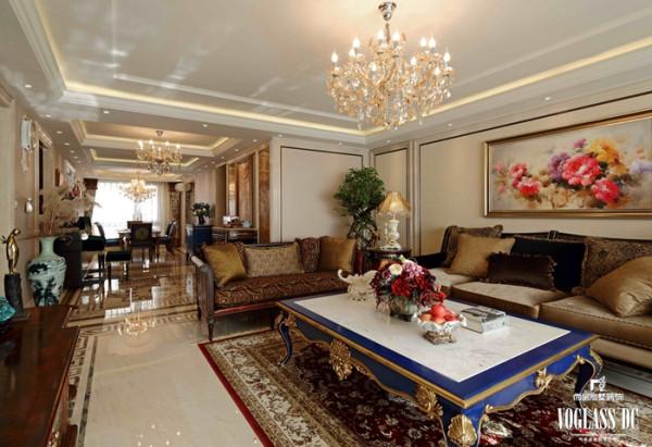 室内的空间以大地色为主,陈设色调以沉稳、典雅的咖啡色和奶油色为基调,局部点缀着淡淡的摩尔橙红色以及少量的矢车菊蓝色,形成了强烈的色彩对比,营造出清新惬意并且舒适的氛围。