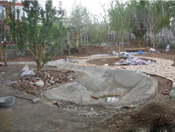 室外花园的水池的防水问题常常容易忽视,主要是施工做了防水层,检查漏水主要24小时后看水面下降高度,它受天气影响很大,所以在做下部防水层时更要控制好工艺施工过程。