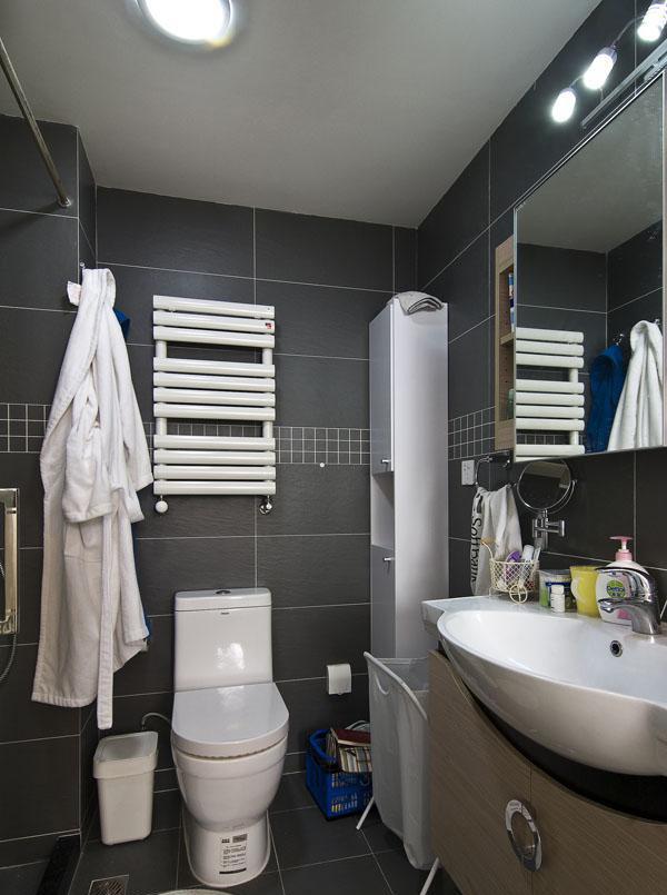 考虑到卫生间的杂物比较多,设计中根据卫生间的大小,搭配了一个柜子,放置洗浴用品