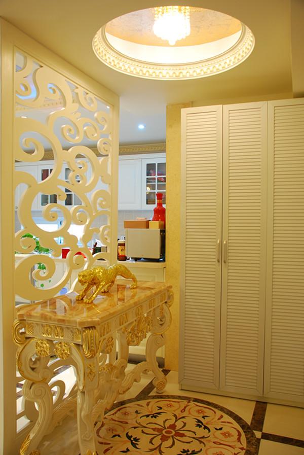 白色壁柜可以摆放很多东西,收纳很好。空间利用得当
