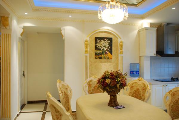 餐厅处小型的拱形门,将欧式跟巴洛克风格完美融合,相得益彰。