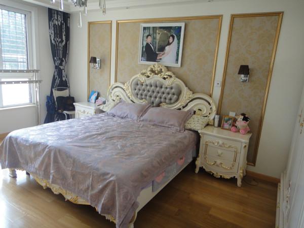 卧室床头背景简单做了个造型,欧式的床配上灰黑色的窗帘布艺配饰,很上档次有气质