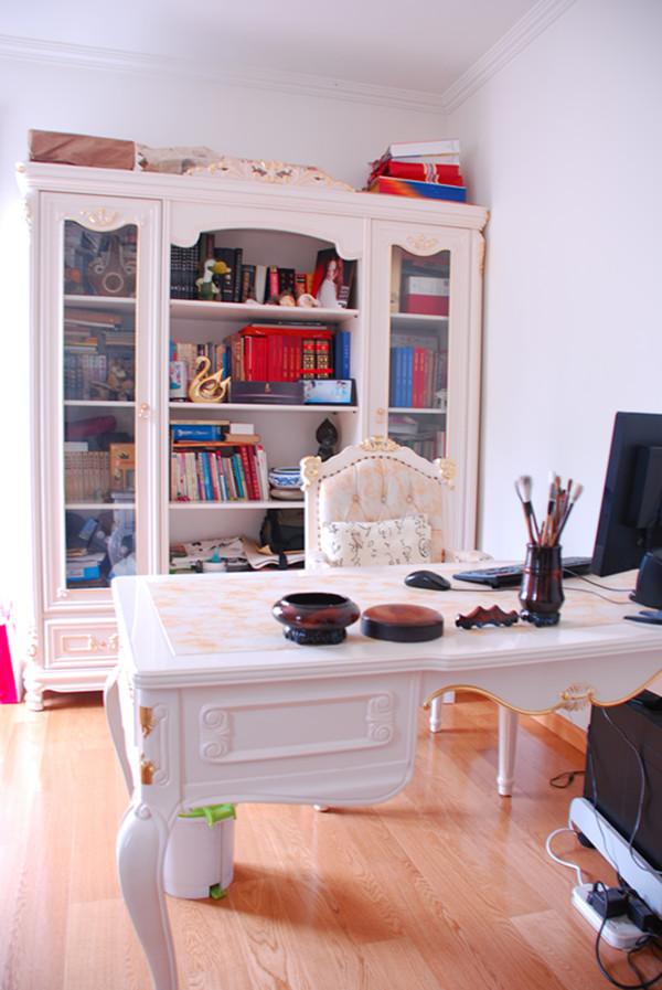 书房则选用乳白色调,显得干净利索。而且在此办公学习很有意境,不会受外界的打扰。