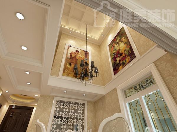 客厅顶上的布局,油画和水晶灯的交相辉映。 复古的油画和相框又展现了怀旧与感性。