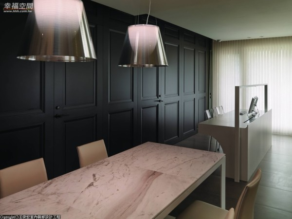 犹如中岛般的长桌设计,石材、铁件交织下藏有电器柜功能。
