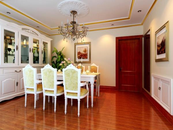 餐厅深色地板、乳白色酒柜餐桌椅、金黄色线条吊顶,整个空间的雍容华贵之气表现的淋漓尽致。