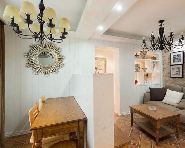 小巧的客厅,木质的茶几上方是复古的铁艺吊灯。