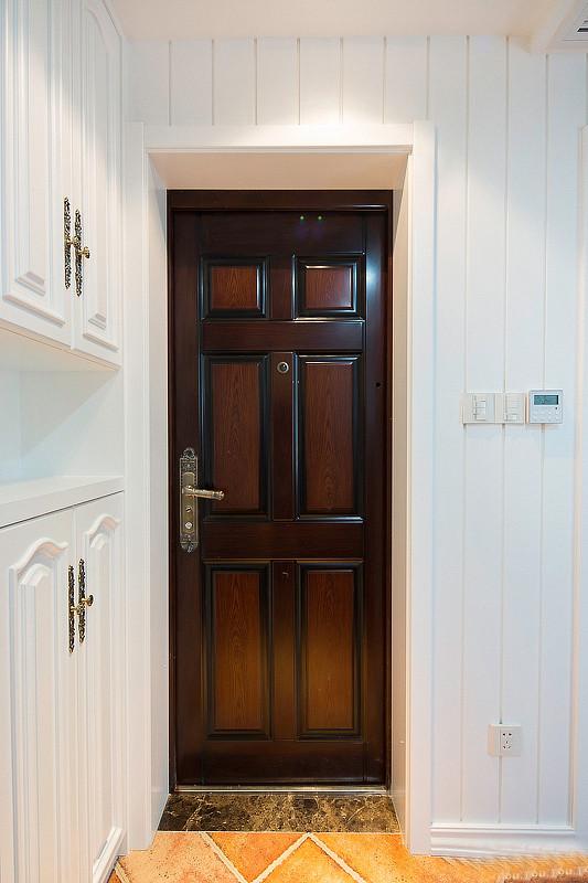 深色的木门,搭配的是一个欧式复古的门锁。