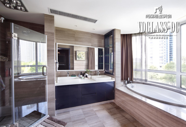 卫生间采用与公共空间一样的木纹石从墙面顺势铺贴到地面,整个空间干净利落,协调统一。黑色的烤漆板洗手台盆恰到好处的点缀了空间。