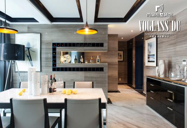吊顶的简约设计、灯光照明、以及室内家具的配套选择,都体现了以简约的形式诠释家的温馨。
