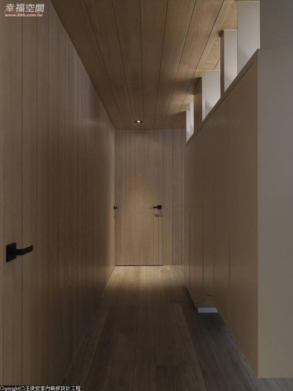 餐厅柜体的一面作为进入私领域的廊道,而此处的门面更结合壁面,以切割线条来整合空间氛围。